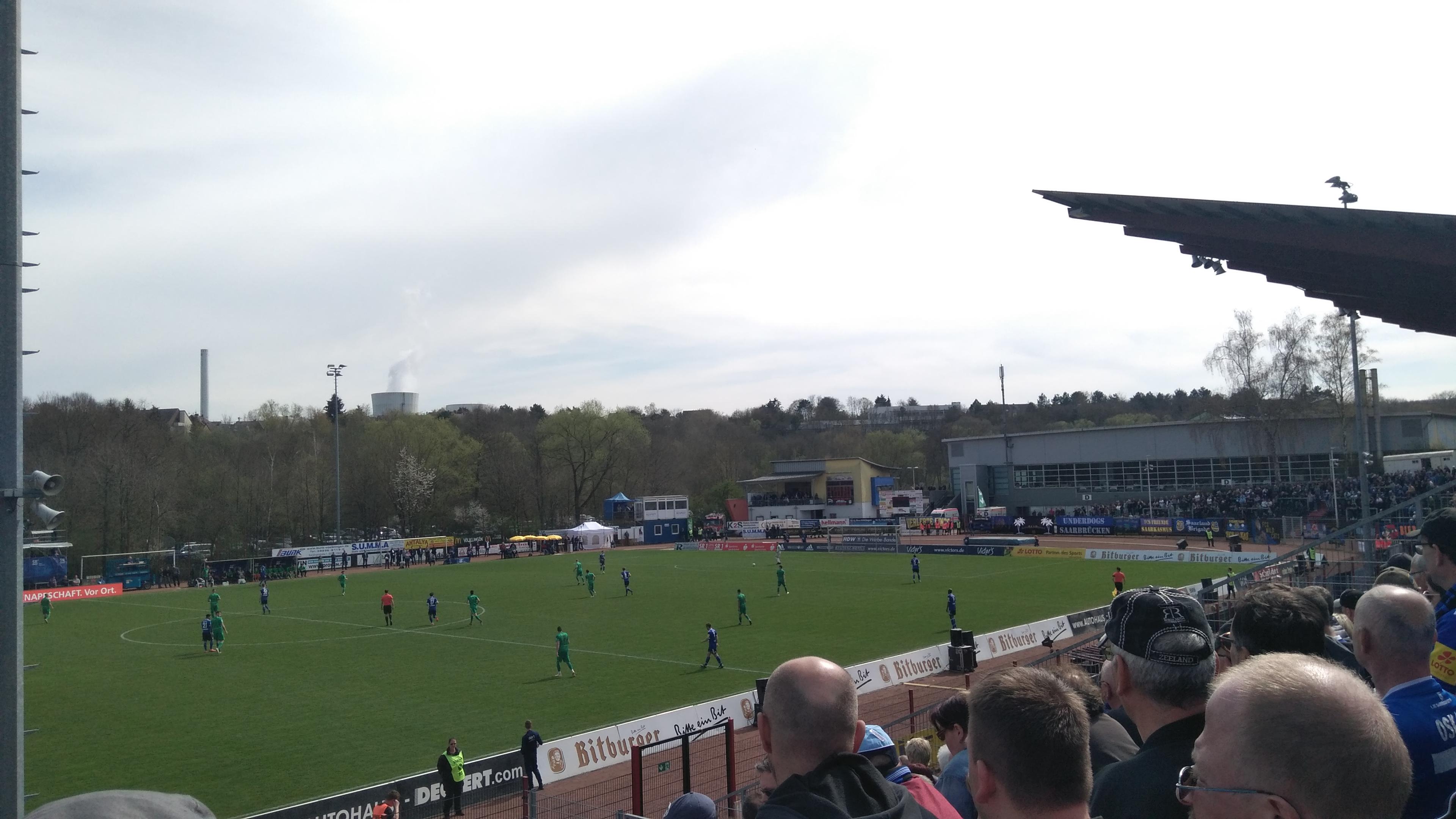 Bei strahlendem Sonnenschein sehen etwas mehr als 3.000 Zuschauer im Hermann-Neuberger-Stadion in Völklingen das Saarderby 1. FCS gegen den FC Homburg.