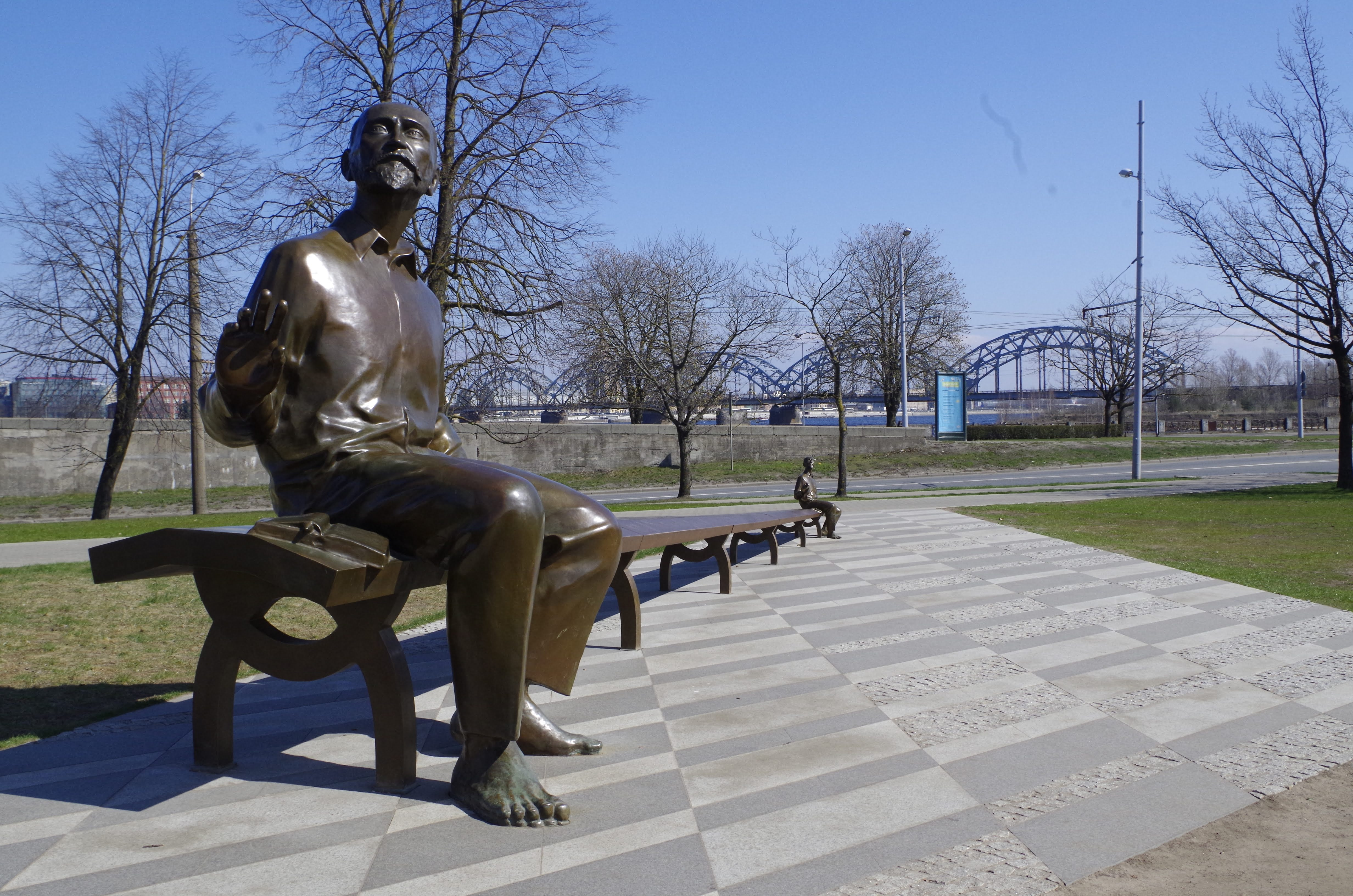 Skulptur vor der Nationalbibliothek in Riga, Lettland.