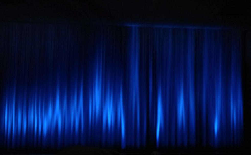 Ein blauer Vorhang aufgenommen beim 41. Max Ophüls Festival 2020 in Saarbrücken.